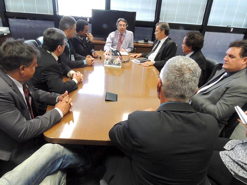 Foto de diretores do Sindpol/MG e filiados em reunião com secretário da Seplag em 13 de abril